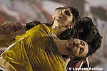 Modify de Thomas Hauert - zoo..création au Théâtre de la Ville de Paris le 1er février 2005....Concept et mise en scène : Thomas Hauert..Musique : Alfred Schnittke, Georg Friedrich Haendel, Aliocha Van der Avoort..Lumières : Jan van Gijsel..Image : Manon de Boer..Costumes : Laurent Edmond, Jeremiy Dhennin....Avec : Thomas Hauert , Martin Kilvady , Mark Lorimer , Sara Ludi , Chrisa Parkinson , Ursula Robb