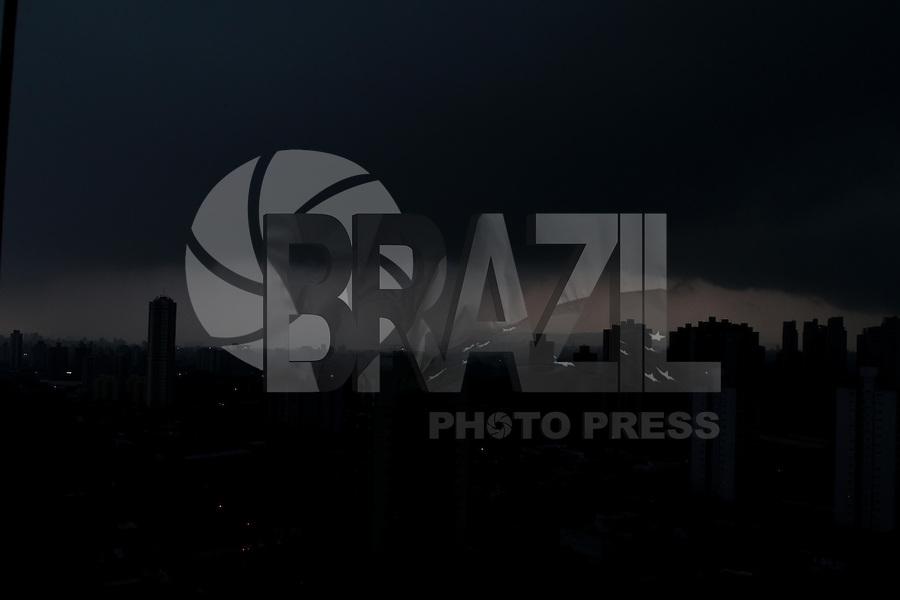 SÃO PAULO, SP, 24/12/2012, NUVENS CARREGADAS. Na tarde dessa Segunda-feira (24) o céu ficou repleto de nuvens carregadas. FOTO: LUIZ GUARNIERI / BRAZIL PHOTO PRESS.
