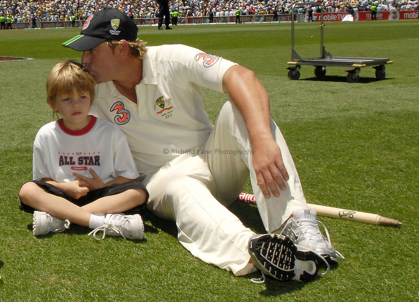 Photo: Steve Holland..Australia v England. 3 mobile Test Series, The Ashes 2006/07, 5th Test. 05/01/2007..Australia's Shane Warne with his son.