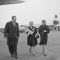 Singer Petula Clark arrive at Schiphol airport, March 18, 1960.<br /> <br /> PHOTO :  Henk Lindeboom ANEFO