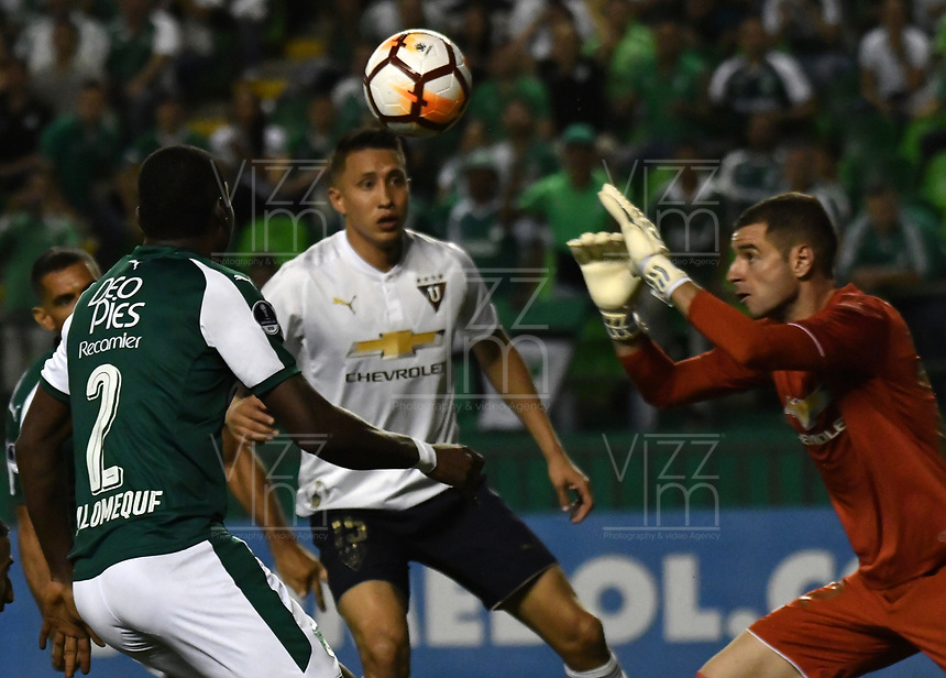 PALMIRA - COLOMBIA, 19-09-2018: Ezequiel Palomeque (Izq.) jugador de Deportivo Cali disputa el balón con Adrian Gabbarini (Der.) guardameta de Liga Deportiva Universitaria de Quito, durante partido entre Deportivo Cali (COL) y Liga Deportiva Universitaria de Quito (ECU), de los octavos de final, llave H, por la Copa Conmebol Sudamericana 2018, jugado en el estadio Deportivo Cali (Palmaseca) en la ciudad de Palmira. / Ezequiel Palomeque (L) player of Deportivo Cali vies for the ball with Adrian Gabbarini (R) player of Liga Deportiva Universitaria de Quito, during a match between Deportivo Cali (COL) and Liga Deportiva Universitaria de Quito (ECU), of eighth finals, key H, for the Copa Conmebol Sudamericana 2018, at the Deportivo Cali (Palmaseca) stadium in Palmira city. Photo: VizzorImage  / Luis Ramirez / Staff.