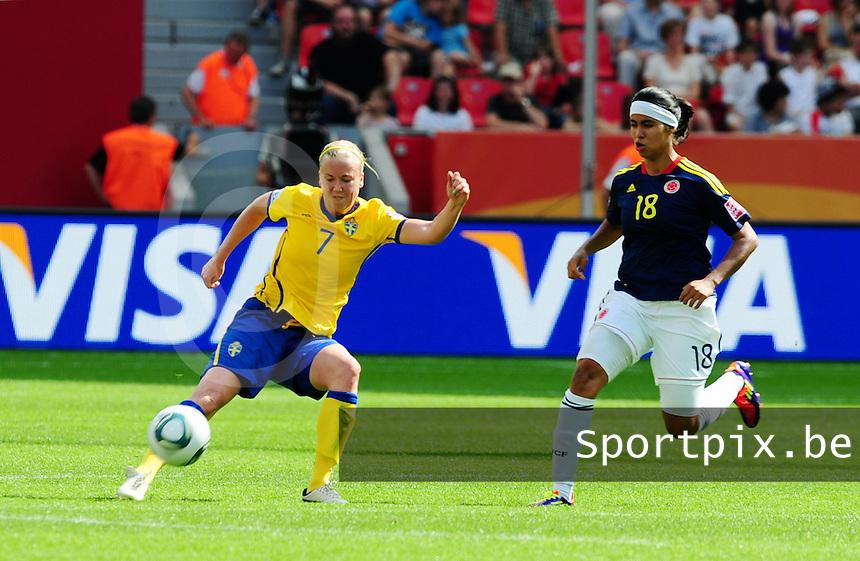 Fifa Women's World Cup Germany 2011 : Colombia - Sweden at Bayarena Leverkusen : Sara Larsson aan de bal voor Katerin Castro.foto DAVID CATRY / Vrouwenteam.be