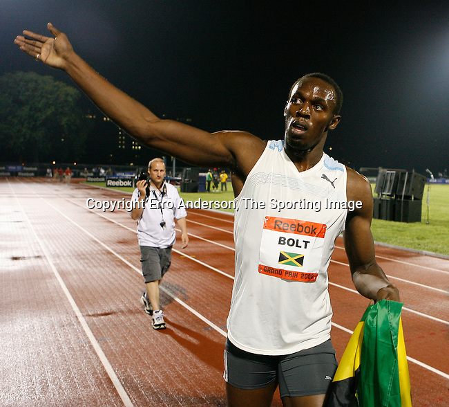 Usain waving to the sold out crowd at Icahn Stadium after setting the 100m World Record with a time of 9.72sec.on Saturday, May 31, 2008. Photo by Errol Anderson,The Sporting Image.