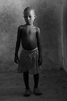 Orfani per colpa di Ebola nella foto Julaiman Gbla 6 anni ha perso mamma pap&agrave; e un fratello Villaggio di Kontabana 29/03/2016 foto Matteo Biatta<br /> <br /> Orphanes for guilt of Ebola in the picture  Julaiman Gbla 6 years old he lost mother father and one brother Kontabana Village 29/03/2016 photo by Matteo Biatta