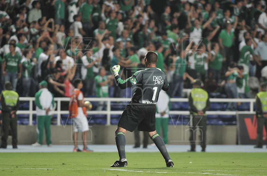 CALI- COLOMBIA -22 -01-2014: Farid Mondragon, jugador del Deportivo Cali, celebra durante partido de ida por la Super Liga 2014, en el estadio Pascual Guerrero de la ciudad de Cali.  / Farid Mondragon, player of Deportivo Cali, celebrates during the match between Deportivo Cali and Atletico Nacional for the first leg of the Super Liga 2014 at the Pascual Guerrero Stadium in Cali city. Photo: VizzorImage  / Luis Ramirez / Staff.