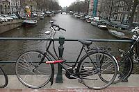 AMSTERDAM-HOLANDA. Bicicleta sobre un puente que esta sobre uno de los canales que recorren el centro de la ciudad. Bike on a bridge that is over one of the water canals in the city. Photo: VizzorImage
