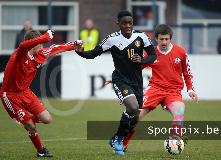 20150314 - SCHIJNDEL , NETHERLANDS  : Belgian Orel Mangala (middle) pictured in between Georgian defenders Davit Samurkasovi (left) and Akaki Kurashvili (right) during the soccer match between Under 17 teams of  Belgium and Georgia  , on the second matchday in group 3 of the UEFA Elite Round Under 17 at Sportpark Zuideinderpark , Schijndel , The Netherlands . saturday  14 th March 2015 . PHOTO DAVID CATRY