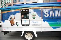 Olympiastadt Vancouver 2010..Vancouver Trolleybus komplett verkleidet mit den Maskotten der Olympischen Winterspiele