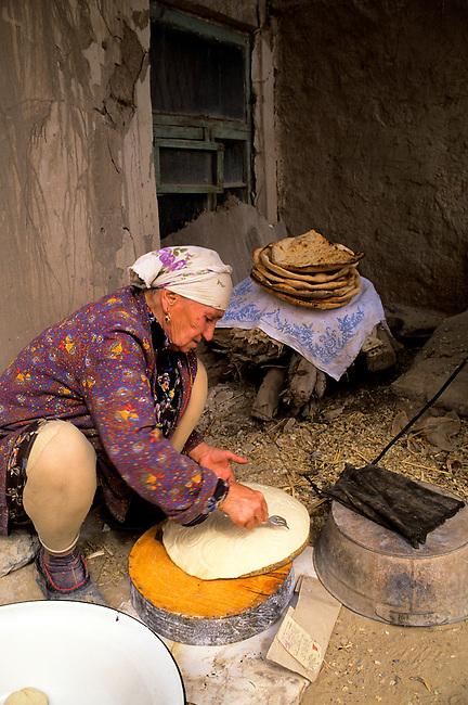 UZBEKISTAN, KHIVA, OLD TOWN, BREAD BAKING, WOMAN PREPARING DOUGH