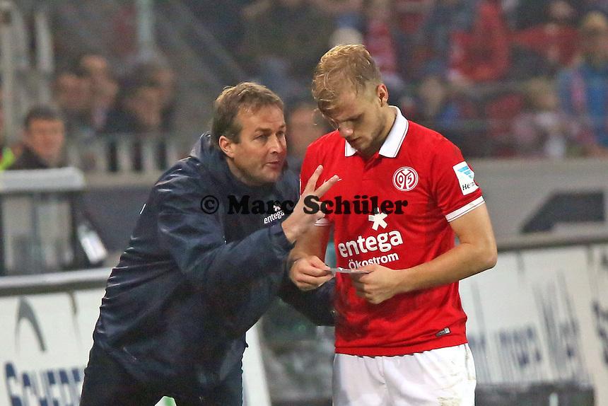 Trainer Kaspar Hjulmand (Mainz) mit Johannes Geis und der Kapitänsbinde - 1. FSV Mainz 05 vs. SV Werder Bremenl, Coface Arena