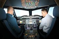 Im nachgebauten Cockpit des A380 erleben die Teilnehmer den Flug  aus der Sicht des Piloten, Pilot Armin Oujinejad erklärt das Vorgehen vom Sitz des Co-Piloten aus
