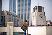 Un ragazzo parla al telefono portatile nel centro di Shanghai.<br /> A man talking on his mobile phone