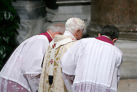 Due sacerdoti aiutano Papa Benedetto XVI durante la cerimonia della Lavanda dei piedi alla Basilica di San Giovanni in Laterano a Roma, 1 aprile 2010..Priests pray during the feet-washing rite celebrated by Pope Benedict XVI at St. John in Lateran's Basilica in Rome, 1 april 2010..UPDATE IMAGES PRESS/Riccardo De Luca