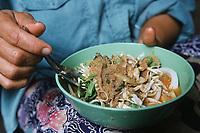 """Thaïlande/Bangkok: Marché Parklong Talad - Marchande de soupe de poissons & légumes & nouilles & riz """"Kanon Chine"""""""