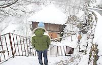 fecha:18-03-2012 En la montaña de Lugo, nieva. Despues de un invierno seco y numerosos incendios. Imagenes en O Cebreiro (Lugo). En la imagen unos turistas miran un correo típico gallego. Foto:EFE/eliseo trigo