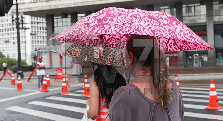 SAO PAULO, SP, 30 DE DEZEMBRO 2012 - Chuva na tarde deste domingo no Viaduto do Chá, em São Paulo (SP). FOTO: VANESSA CARVALHO - BRAZIL PHOTO PRESS.