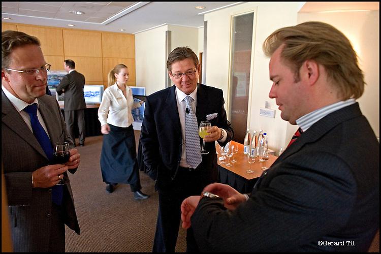 Nederland, Soestduinen , 09-05-2006 - Richard Homburg (M) bewondert Sterling horloge voor presentatie van Homburg Invest  Inc. in Hilton Hotel Soestduinen..FOTO: Gerard Til, Utrecht Opdr FD