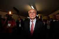 SAO PAULO, SP, 24 SETEMBRO 2012 - ELEICOES 2012 - DEBATE TV GAZETA / TERRA -  O senador Eduardo Suplicy (PT-SP) antes do debate entre os candidatos a Prefeitura de Sao Paulo, realizado na TV Gazeta em Sao Paulo (SP), na noite desta segunda-feira (24) (FOTO: VANESSA CARVALHO / BRAZIL PHOTO PRESS).