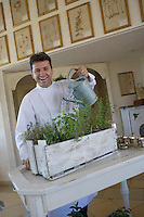 """Europe/France/Provence-Alpes-Cote d'Azur/Vaucluse/Bonnieux: Edouard Loubet et ses herbes aromatiques dans son restaurant """"La Bastide de Capelongue"""" [Non destiné à un usage publicitaire - Not intended for an advertising use]"""