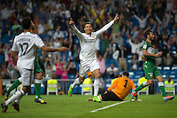 MADRID - ESPAÑA - 23-09-2014: Cristiano Ronaldo (Cent.), jugador de Real Madrid celebra el gol anotado al Eche  durante partido de la Liga de España, Real Madrid y Elche en el estadio Santiago Bernabeu de la ciudad de Madrid, España.  / Cristiano Ronaldo (C), player of Real Madrid celebrates a scored goal to Elche during a match between Real Madrid and Elche for the Liga of Spain in the Santiago Bernabeu stadium in Madrid, Spain Photo: Asnerp / Patricio Realpe / VizzorImage.