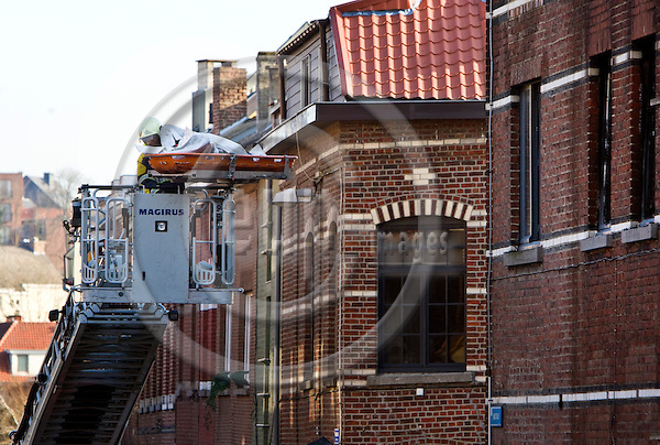 LEUVEN - BELGIUM - 31 January 2014 -- Fire at a residence connected to the Irish College in the Belgium city of Leuven. -- Two women aged in their 20s died in the fire. It is understood the women were Irish nationals of Lithuanian and Polish descent. Recovery of one of the bodies from the burned apartment. -- PHOTO: Juha ROININEN / EUP-IMAGES