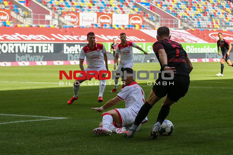 Augsburgs Florian Niederlechner #7, Duesseldorfs Valon Berisha #10, Duesseldorfs Andre Hoffmann #3<br />