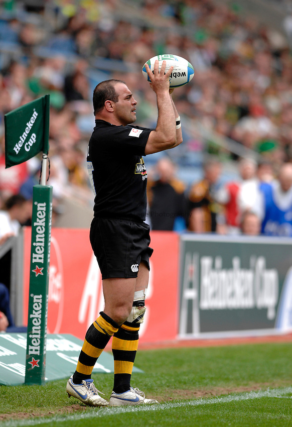 Photo: Richard Lane..Northampton Saints v London Wasps. Heineken Cup, Semi Final. 22/04/2007. .Wasps' Raphael Ibanez throws in.