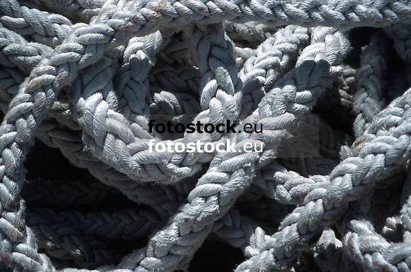 close-up of white ropes in a harbor<br /> <br /> detalle de cabos blancos en un puerto<br /> <br /> Nahaufnahme von wei&szlig;en Tauen in einem Hafen<br /> <br /> 1870 x 1238 px<br /> Original: 35 mm slide transparency