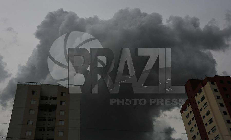 SAO PAULO, SP, 05 DE MARÇO 2013 - CLIMA TEMPO CAPITAL PAULISTA - Nuvens escuras são vistas se aproximando do bairro da Mooca na regiao leste da capital paulista nesta terça-feira, 05. (FOTO: WILLIAM VOLCOV / BRAZIL PHOTO PRESS).