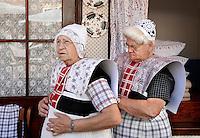 SPAKENBURG- Elk jaar vinden in de zomer de Spakenburgse Dagen plaats. Vier woensdagen met folkloristische activiteiten , een grote markt en veel mensen in klederdracht. Vrouwen helpen elkaar met de klederdracht