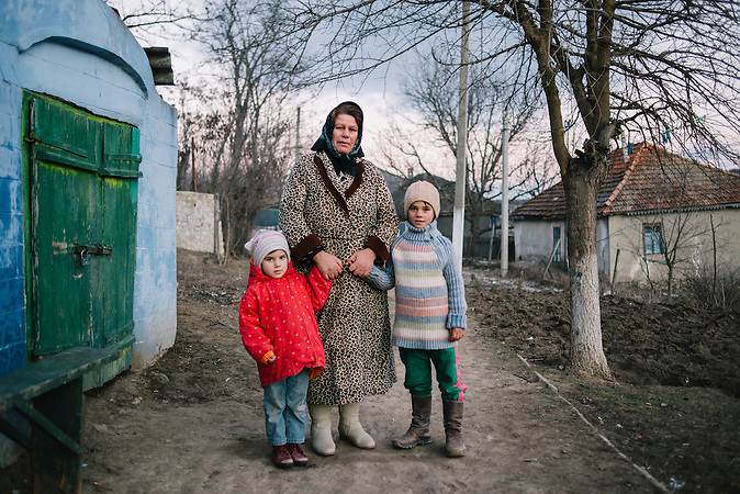 Frau mit zwei Kindern. / Woman with two children.