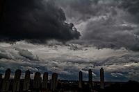 SAO PAULO, SP, 14 DE JANEIRO DE 2013, CLIMA TEMPO. Nuvens carregadas na cidade de Sao Paulo na regiao do Jardim Marajoara, zona sul, no comeco de tarde desta segunda feira. FOTO ANDREIA TAKAISHI BRAZIL PHOTO PRESS.