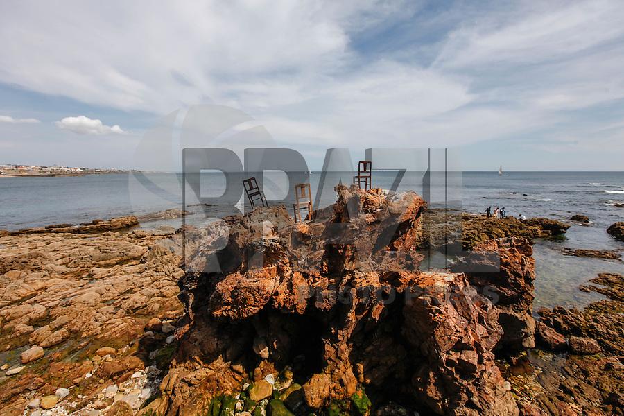 CASCAIS, PORTUGAL, 29 DE MAIO 2012 - ARTE MAR - Intervencao da artista Cecilia Costa na Praia da Duquesa em Cascais a 30 km de Lisboa capital de Portugal, nesta terca-feira. (FOTO: WILLIAM VOLCOV / BRAZIL PHOTO PRESS).