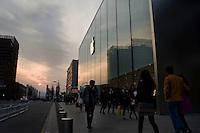 Hangzhou, Cina, 10 Marzo, 2015. Gente a passeggio al tramonto nella zona commerciale della citt&agrave;.<br /> People walking at sunset  in the business district of Hangzhou
