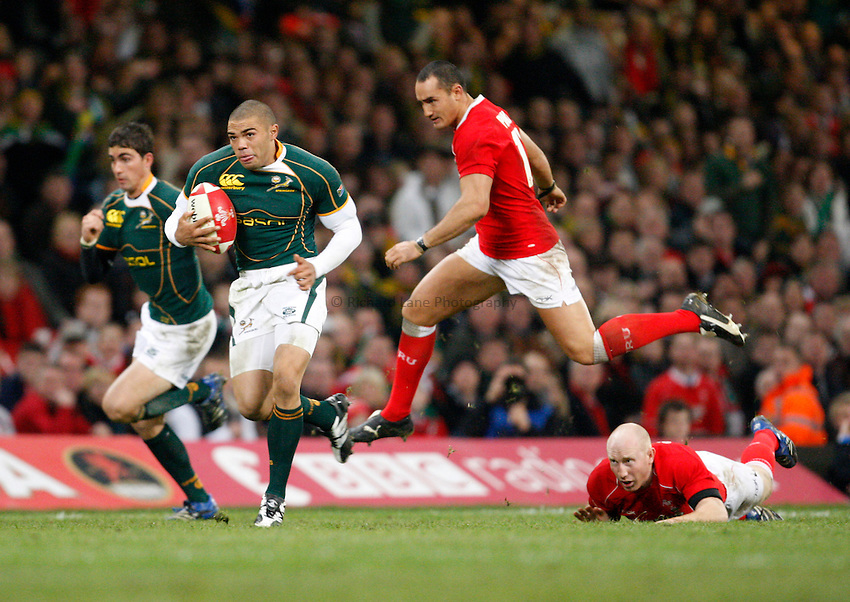 Photo: Richard Lane/Richard Lane Photography..Wales v South Africa. Prince William Cup. 24/11/2007. .South Africa's Bryan Habana attacks past Wales' Tom Shanklin and Sonny Parker.