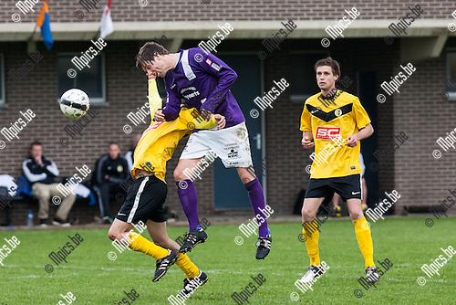 2013-05-12 / Voetbal / Seizoen 2012-2013 / K Merksplas SK-FC Heikant/ Kenny De Winter (m. Heikant) met de fout op Hannes De Meyer (l. Merksplas)..Foto: Mpics.be