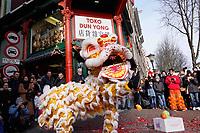 Nederland Amsterdam 2018. Chinees Nieuwjaar viering. In Amsterdam Chinatown wordt twee keer per jaar Nieuwjaar gevierd : op de eerste winkeldag na 1 januari en tijdens het officiele Chinese Nieuwjaar , dat een paar weken later plaatsvindt. Tijdens de viering van Chinees Nieuwjaar worden er leeuwendansen opgevoerd.   Foto Berlinda van Dam / Hollandse Hoogte