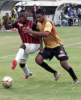 CÚCUTA -COLOMBIA, 02-05-2015.  Jefferson Murillo (Izq) jugador del Cucuta Deportivo disputa el balón con Fabio Rodriguez (Der) jugador de Aguilas Doradas durante partido por la fecha 18 de la Liga Aguila I 2015 disputado en el estadio General Santander de la ciudad de Cúcuta./ Jefferson Murillo (L) player of Cucuta Deportivo struggles the ball with Fabio Rodriguez (R) player of Aguilas Doradas during match for the 12th date of the Postobon League II at the General Santander Stadium in Cucuta city. Photo: VizzorImage/Manuel Hernandez/Cont