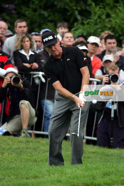 Miguel Angel Jimenez duffs his chip on the 72nd hole in action in the final round of the BMW PGA Championship at the Wentworth Club, Surrey, England - 25th May 2008 (Photo by Manus O'Reilly/GOLFFILE)