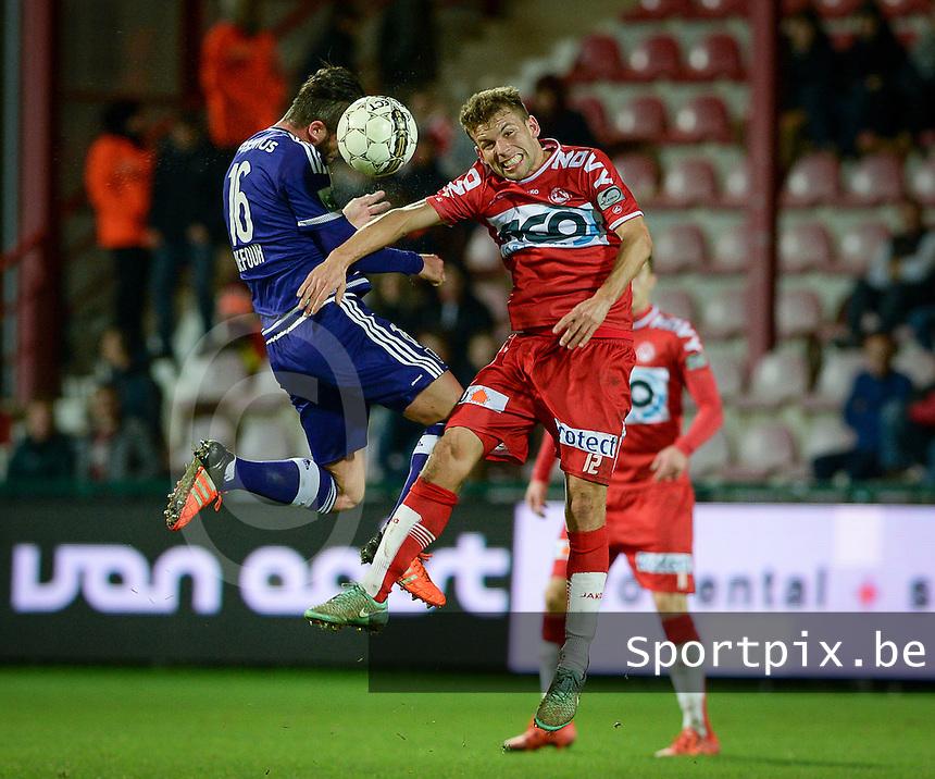 KV Kortrijk - RSC Anderlecht : kopduel tussen Steven Defour (links) en Lukas Van Eenoo (r)<br /> Foto VDB / Bart Vandenbroucke