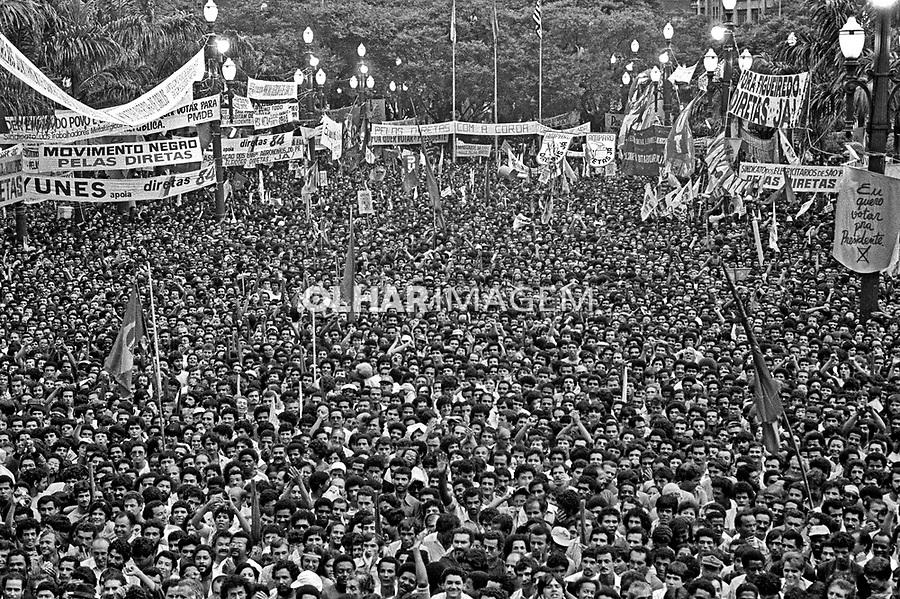 Comício da campanha por eleições Diretas Já. Praça da Sé. SP. 1984. Foto de Juca Martins.