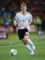FUSSBALL  EUROPAMEISTERSCHAFT 2012   VORRUNDE Niederlande - Deutschland       13.06.2012 Lars Bender (Deutschland) Einzelaktion am Ball