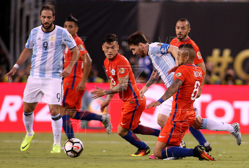 NEW JERSEY - UNITED STATES, 26-06-2016: Lionel Messi (C) jugador de Argentina (ARG) disputa el balón con Charles Aranguiz (Izq) y Arturo Vidal (Der) jugador de Chile (CHI) durante partido por la final de la Copa América Centenario USA 2016 jugado en el estadio Metlife en New Jersey, NJ, USA. /  Lionel Messi  (C) player of Argentina (ARG) fights the ball with Charles Aranguiz (L) and Arturo Vidal (R) player of Chile (CHI) during match for the final of the Copa América Centenario USA 2016 played at Metlife stadium in New Jersey, NJ, USA. Photo: VizzorImage/ Luis Alvarez /Str