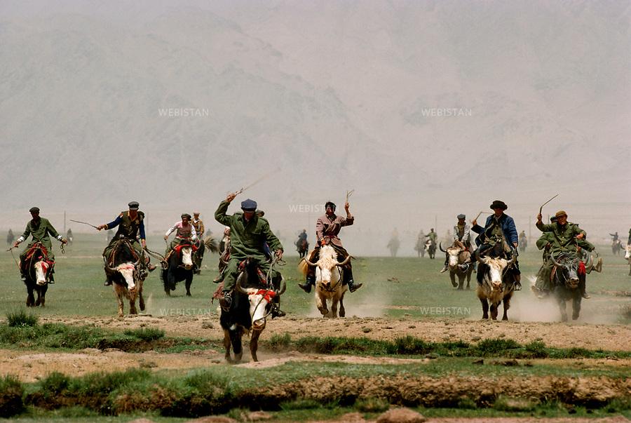 """1995. Bouzkachi game on yaks in the plain of Mazar during the 40th anniversary of the """"independence"""" of Taxkorgan Tajik Autonomous County. Partie de Bouzkachi, à dos de yack, dans la plaine de Mazar, lors du 40e anniversaire de """"l'indépendance"""" du comté autonome tadjik de Taxkorgan."""