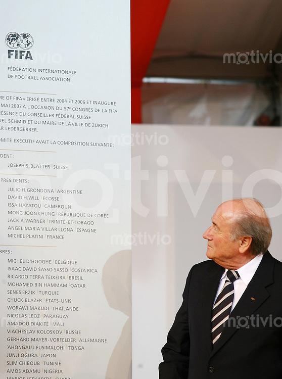 Fussball International Einweihung Home of FIFA FIFA Praesident Joseph S. Blatter begutachtet die neue Home of FIFA Tafel.