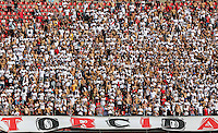 SAO PAULO, SP, 10 MARÇO 2013 - CAMP. PAULISTA - SAO PAULO X PALMEIRAS - Torcedores do Sao Paulo durante partida contra o Palmeiras em partida valida pelo Campeonato Paulista no Estadio Cicero Pompeu de Toledo o Morumbi neste domingo, 10. FOTO: WILLIAM VOLCOV / BRAZIL PHOTO PRESS) .