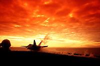 MARE ADRIATICO - 24 MARZO 1999.DECOLLO DI UN F-18 DALLA PORTAEREI STATUNITENSE EISENHOWER..INIZIANO 78 GIORNI DI BOMBARDAMENTI AEREI SULLA JUGOSLAVIA..FOTO LIVIO SENIGALLIESI..ADRIATIC SEA - 24 MARCH 1999.BEGINNING OF NATO STRIKES ON JUGOSLAVIA. AN F-18 TAKE OFF FROM THE USA AIRCRAFT CARRIER EISENHOWER..PHOTO LIVIO SENIGALLIESI