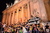 RIO DE JANEIRO, RJ, 17 SETEMBRO 2013 - GREVE/PROFESSORES DO MUNICÍPIO/RJ - Os professores após assembleia decidiram pela retorno a greve ocuparam a escadaria da ALERJ,  terça 17, no centro do rio de Janeiro (FOTO: Marcelo Fonseca / Brazil Photo Press)