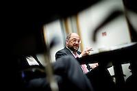 Der Präsident des Europäischen Parlamentes Martin Schulz sitzt am Montag (05.05.14) in Berlin im Foyer der Bundespressekonferenz.