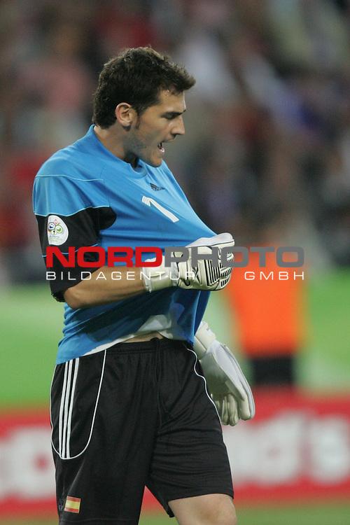 FIFA WM 2006 -  Round of Sixteen - / Achtelfinale<br /> Play    #56  (27-Jun) - Spanien - Frankreich 1:3<br /> <br /> Torwart Iker Casillas von Spanien in Aktion.<br /> Iker Casillas zieht am Trikot.<br /> <br /> Foto &copy; nordphoto